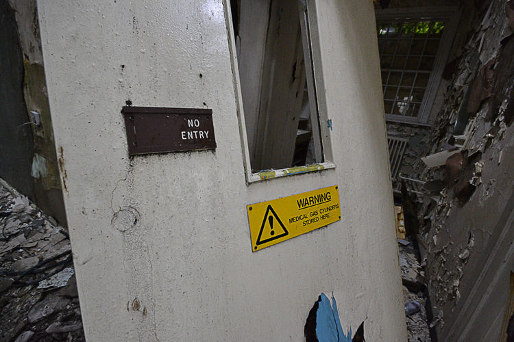 Warning! Medical gas cylinder store.